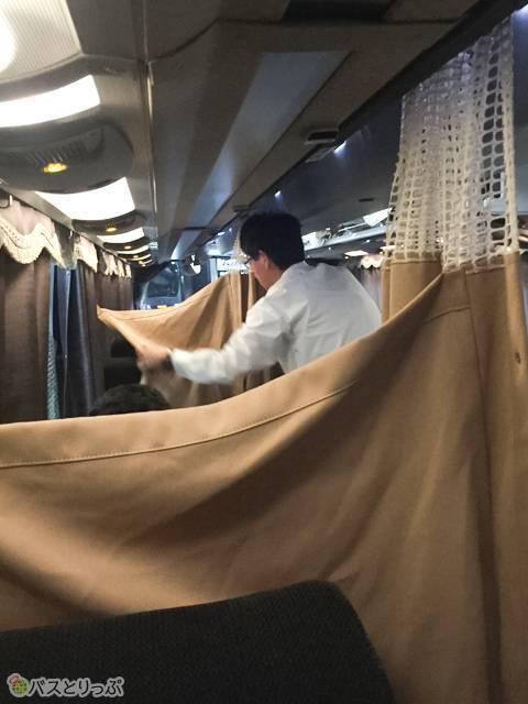 乗務員さんがせっせとカーテンを設置してくれます