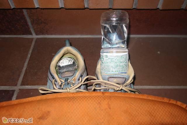 まっくらなので、ヘッドランプと水を、枕元のすぐ出せるところ(靴)に入れて寝ました