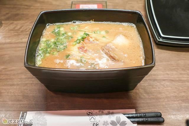 「釜煮込み焼豚」の煮汁を使った「釜だれ」は、こってりしつつも食べやすい