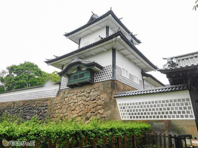 凛々しい石川門がそびえたちます!