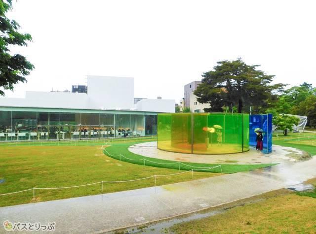 金沢21世紀美術館。庭園には誰でも入れる不思議なオブジェも