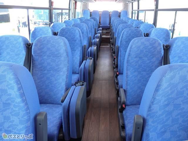 フローリング調の床と青色のシート