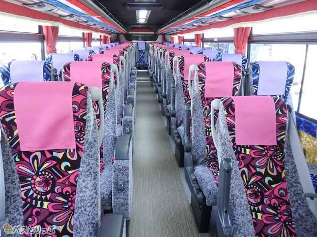 2色のカラフルな座席
