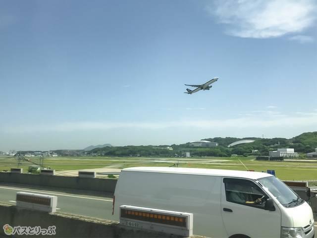 飛行機が近ーい!