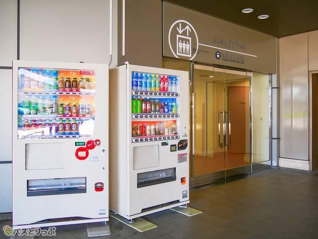 バスターミナルの自動販売機コーナー