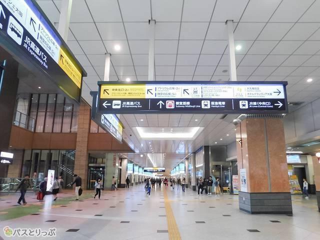 大阪駅内では「JR高速バス」乗り場の案内表示をたどるだけ!