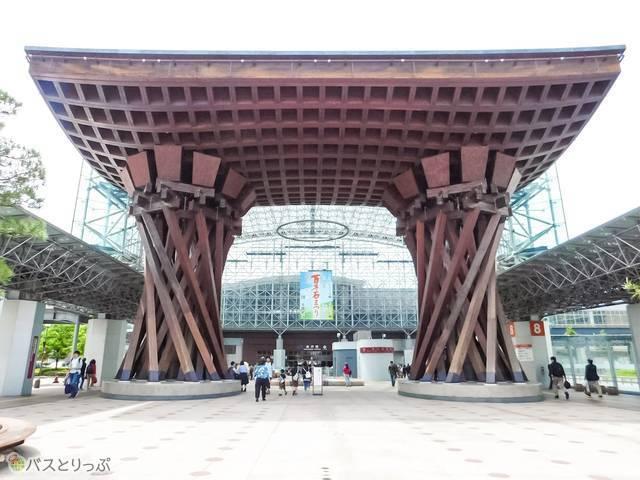 到着するのは、金沢駅の有名な鼓門のすぐそば!