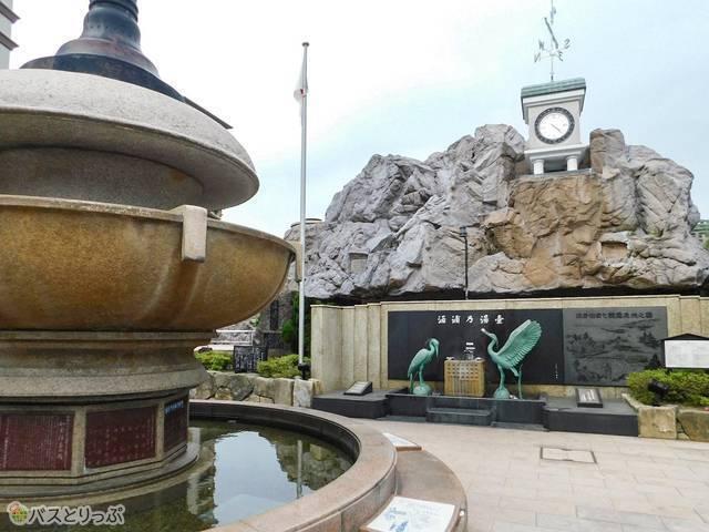 街の広場。写真奥の2羽のシラサギの間では温泉タマゴを作れますよ