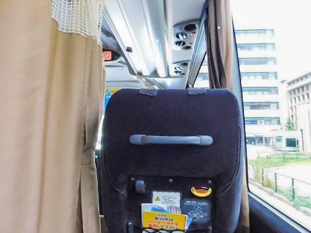 カーテンを閉めると座席周りはほぼ完全なプライベート空間。前の棚には無料Wi-Fiの説明も