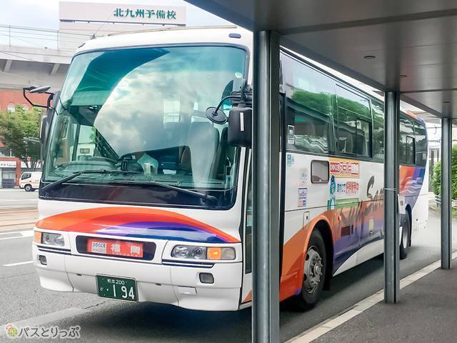 レインボーカラーが目立つ九州産交バスの車両