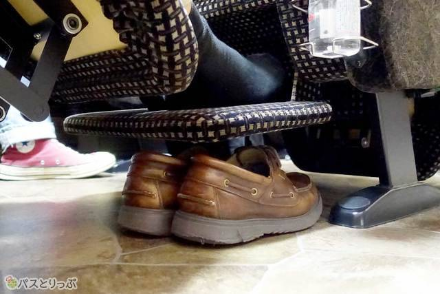 フットレストの下には靴が収まるスペースが