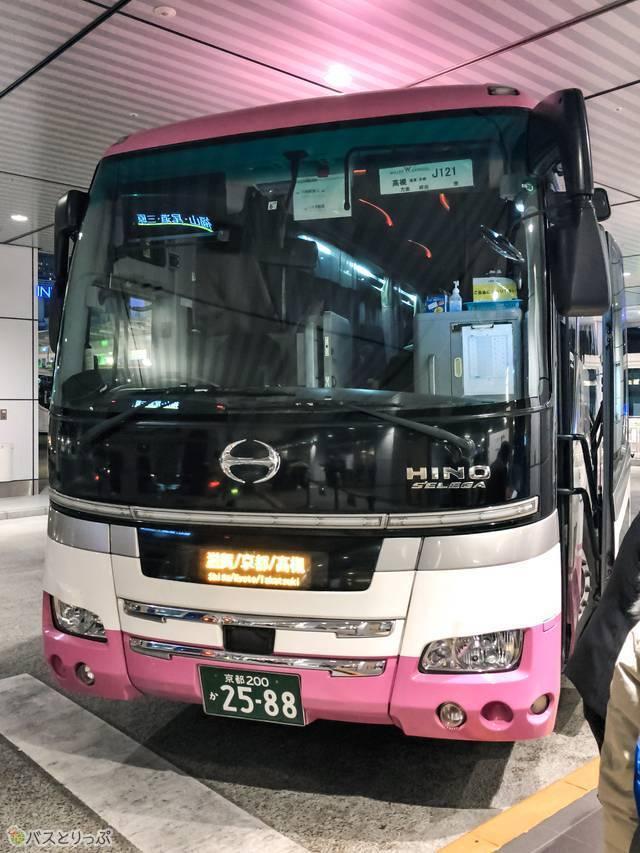 予定通りにピンクのバスが到着。お世話になります!