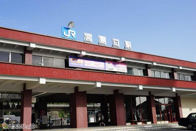 厳島神社を彷彿とさせる宮島口駅の赤い駅舎