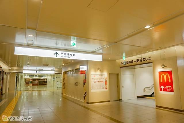写真右奥の「新幹線・JR線のりば」「マクドナルド」を目指して階段を上がります