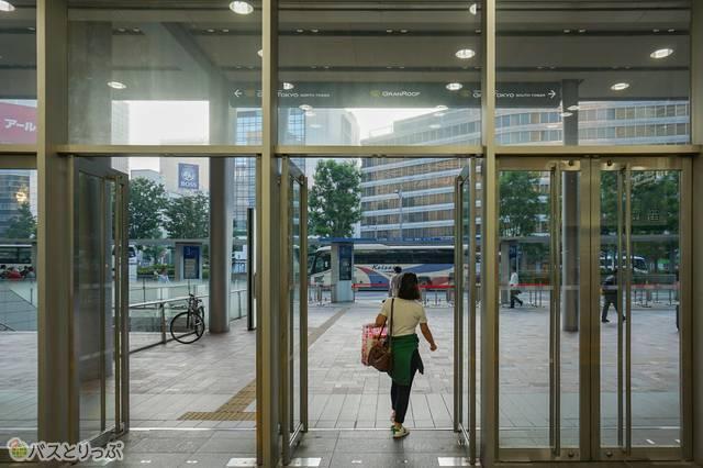 東京駅の反対側に抜けました!