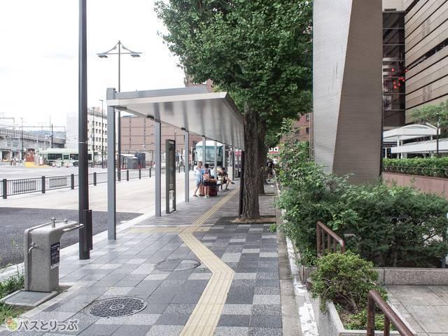 京都アバンティビル前にあり、利用者も多いバス停