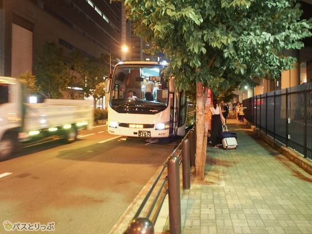 手前にあるのはさくら交通のバス停