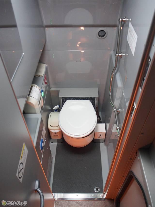 トイレは車両中央、半地下にあります
