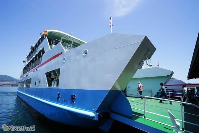 松大汽船に乗って一路宮島へ