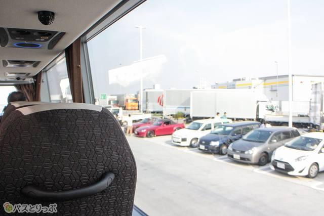 二階席は、高速道路の防音壁やトラックの荷台よりも高い