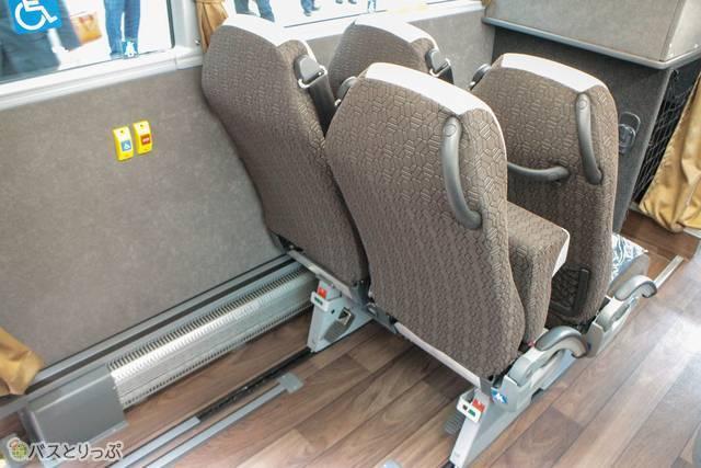 シートをスライドして車椅子での乗車スペースを確保する