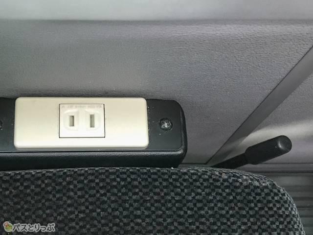 携帯電話充電用のAC100Vコンセントとリクライニングレバーは座席横にある