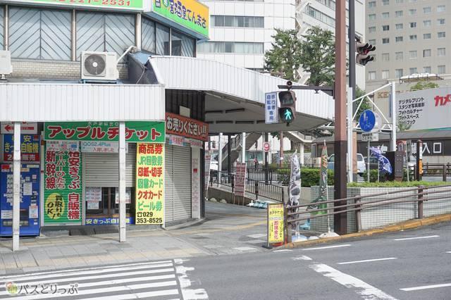 北口8番のりばから駅前交差点に戻り、信号を渡って奥に見えるのが水戸駅北口9番のりば