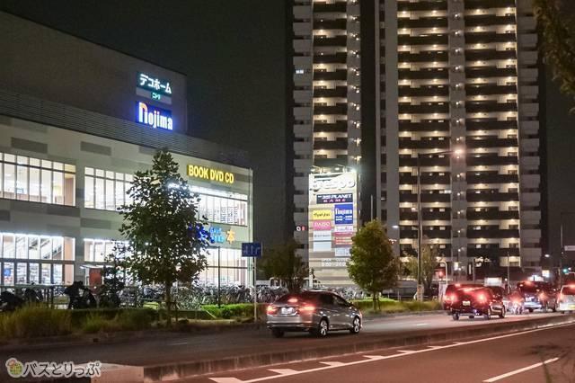 道路を挟んだ反対側の建物は、ショッピングセンター「フレスポ八潮」