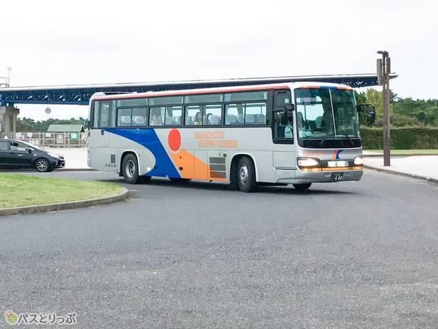 茨城交通の高速バス「勝田・東海線」が、「海浜公園西口」停留所に到着
