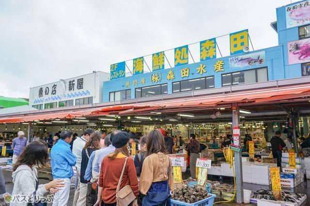 「回転寿司 森田」は、市場の奥にある