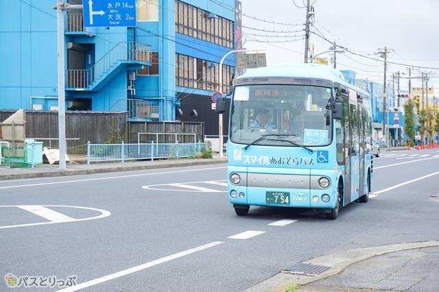 「おさかな市場」の停留所にバスが到着