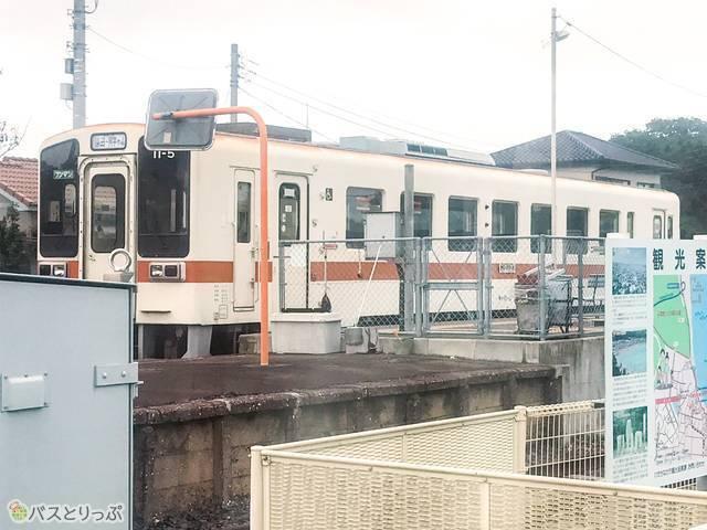 阿字ヶ浦駅を発車した「ひたちなか海浜鉄道湊線」