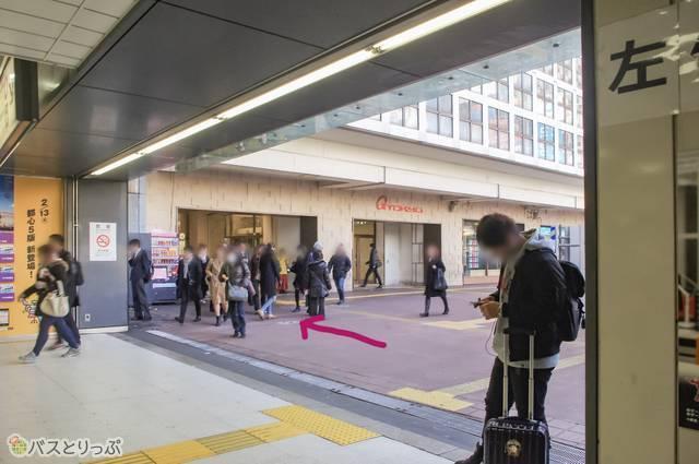 ハチ公前広場から東急百貨店の入口へ