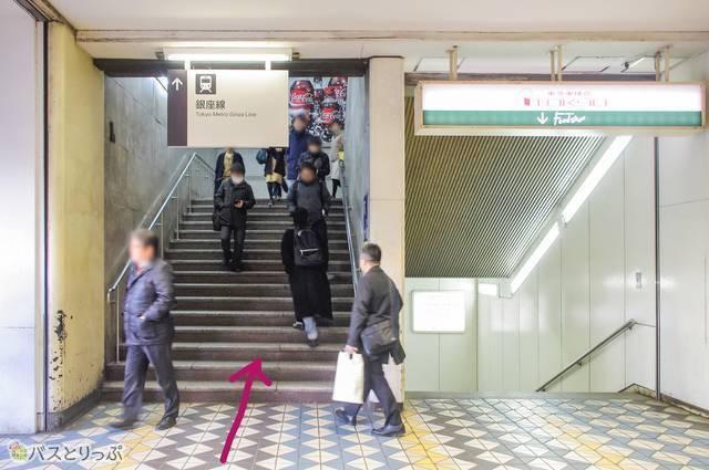 写真左の階段を上る