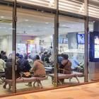 室内で快適にバス待ちができる待合室も完備。夏や冬の利用でも安心。
