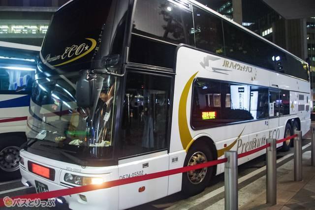 2階建ての「ドリーム徳島1号」が到着。乗降口はバス中央部にあります。