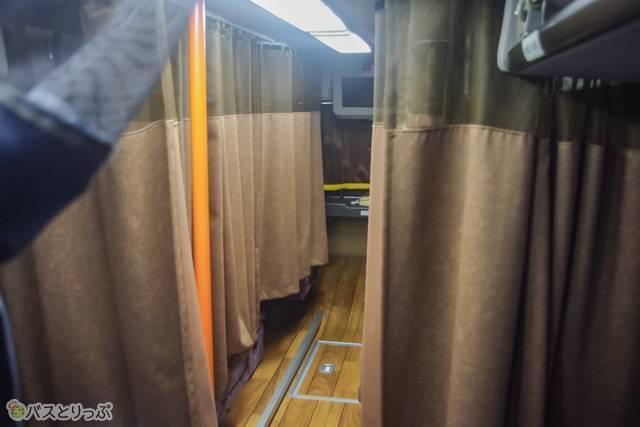 前方に4席のみあるプレミアムシート。カーテンに覆われたその様子は個室感がたっぷり。