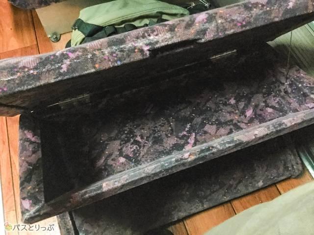 フットレストはパカッと中が開くつくりで、靴や貴重品が収納できるようになっています。