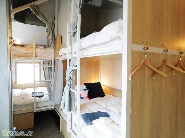部屋(ベッド)番号が書かれたハンガーも