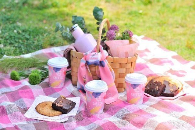 ピクニックセットを持ってのんびり鴨川散策はいかが?