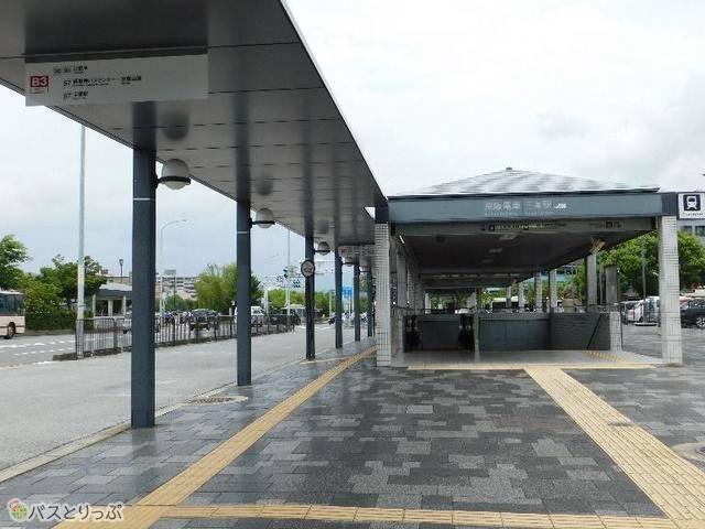 道路を挟んで目の前が三条京阪前バス停です