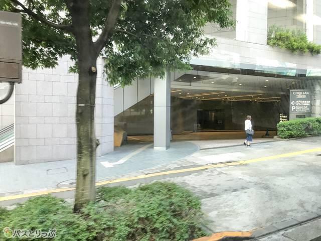 セルリアンタワー東急ホテル敷地内へ。バス停はホテルの扉を出て目の前に