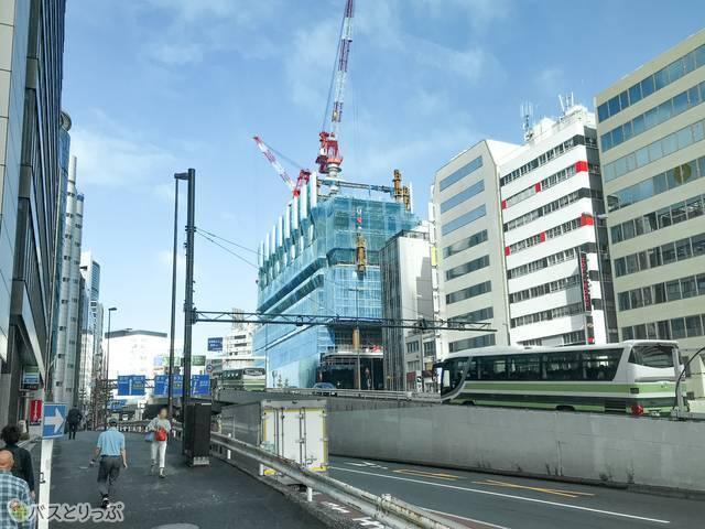 渋谷発羽田空港行きのリムジンバスがセルリアンタワー東急ホテルを出たところ