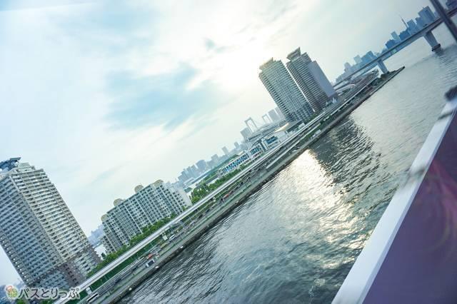 羽田空港発・渋谷行きのリムジンバスから見たお台場周辺