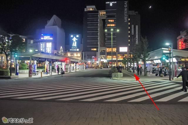 徳島駅前ロータリーにある「徳島市バスのりば」に向かおう。