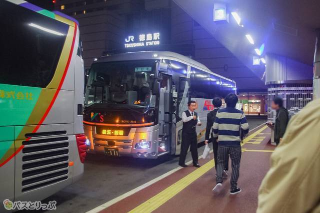 同じく東京方面に向かう「702便」「704便」が同じ時間、同じ乗り場に到着。