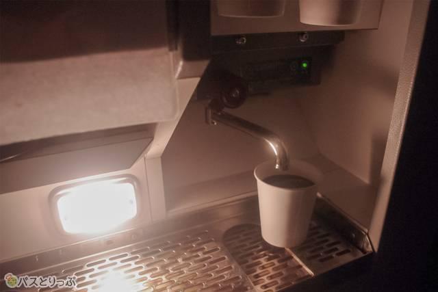 紙コップの中に好みのドリンクを入れ、お湯を注ぐ仕組み。