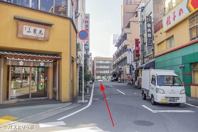 細い道の奥には、交通量の多い大通り、伊予街道が見えます。