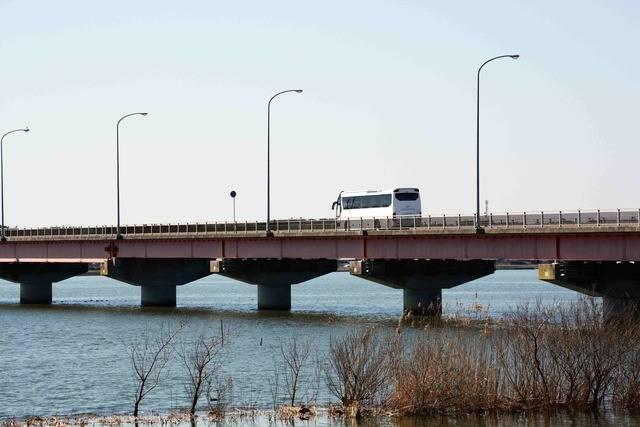 橋を走行するユニバース