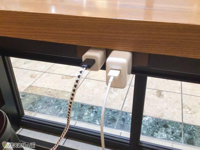 カウンター席のテーブルに、2口の電源コンセントが並んでいます。